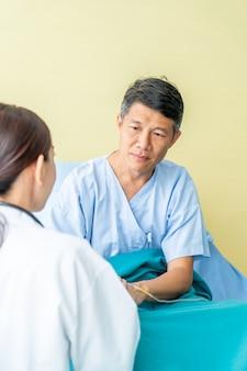 Femme médecin rassurant sur sa main patiente senior