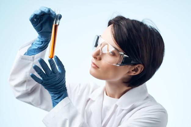 Femme médecin recherche biologie écologie expérience analyse gros plan