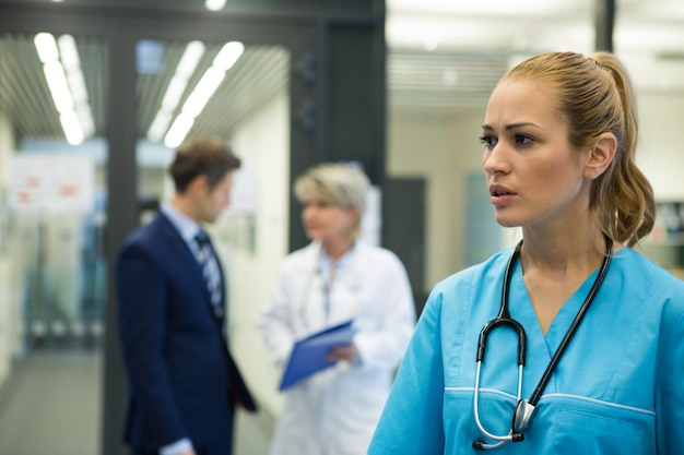 Femme médecin réfléchie