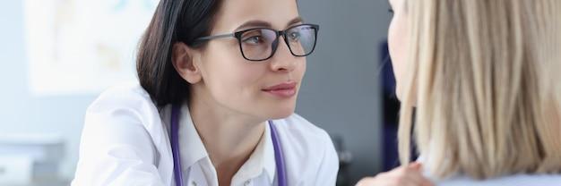 Femme médecin regardant le patient et tenant son épaule concept de soutien psychologique