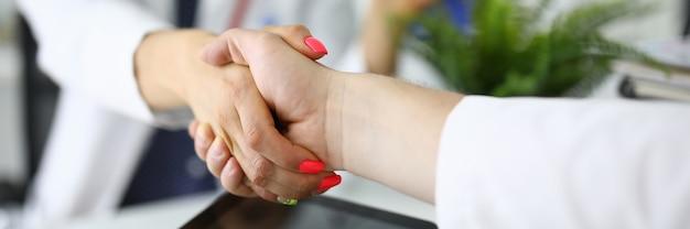 Femme médecin, serre la main de son collègue