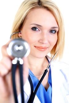 Femme médecin souriant avec stéthoscope médical -
