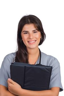 Femme médecin avec stéthoscope et dossiers.