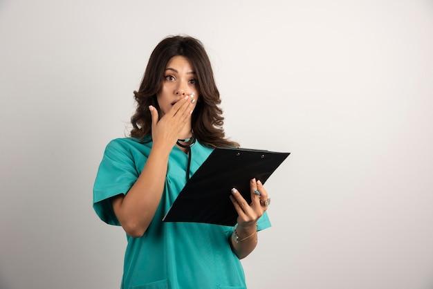 Femme médecin surprise après avoir vu les résultats.