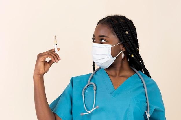 Femme médecin tenant une seringue avec vaccin