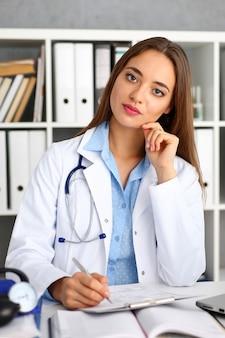 Femme médecin tenir dans le bras stylo et tampon d'argent
