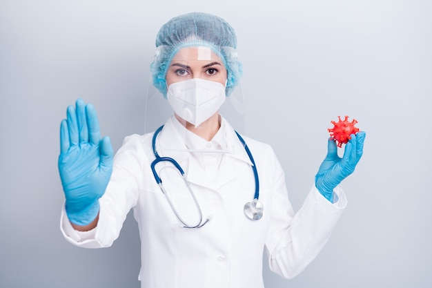 Femme médecin tenir la figure du microbe du virus corona