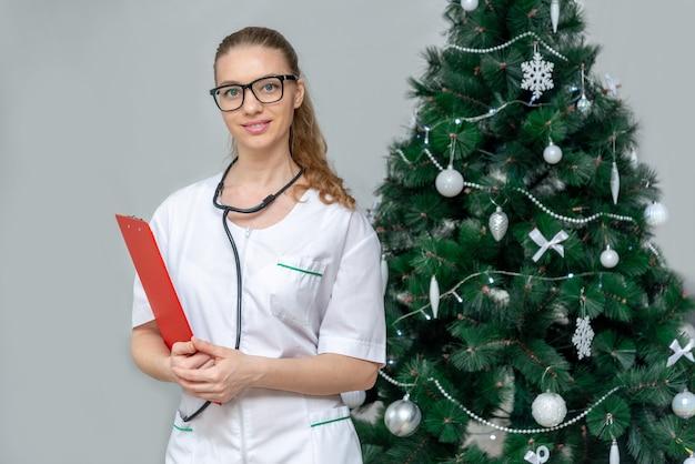 Femme médecin tient un presse-papiers