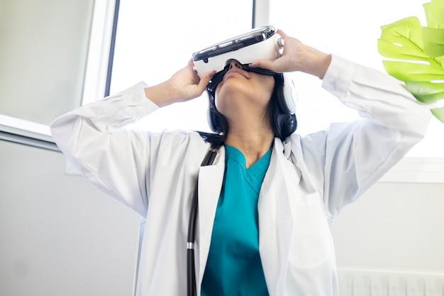 Femme médecin travaillant avec des lunettes de réalité virtuelle