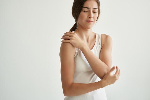 Femme avec la médecine de problèmes de santé de rhumatisme de douleur articulaire