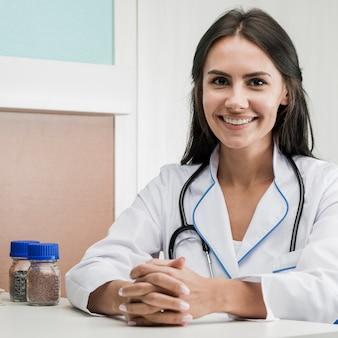 Femme medic joyeuse à l'hôpital