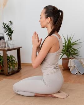 Femme méditant à la maison