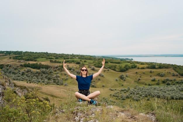 Femme méditant se détendre seule. voyagez sainement avec de beaux paysages