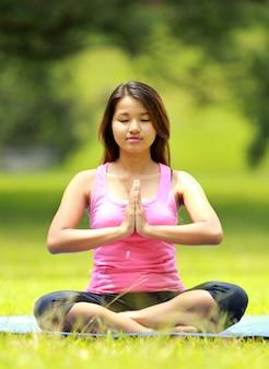 Femme, méditation, plage