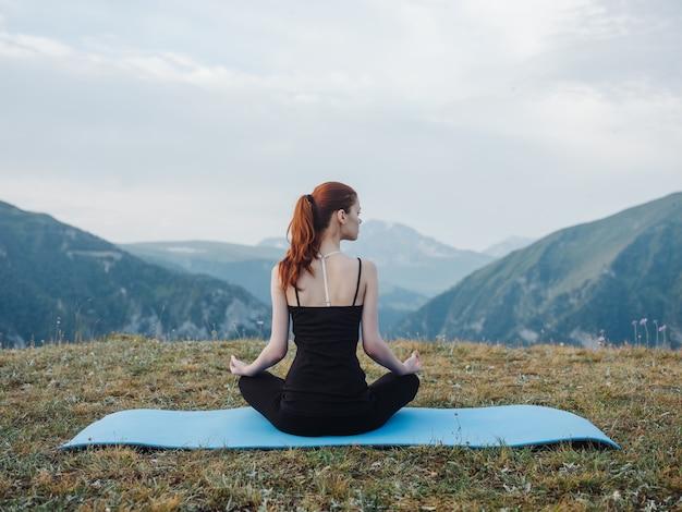 Une femme médite dans la nature dans les montagnes de la liberté de pacification
