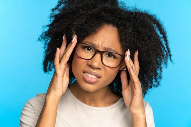 Femme méfiante sceptique ajuste les lunettes