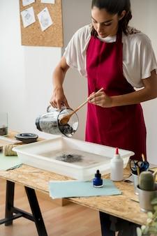 Femme, mélange, pulpe papier, mouillé, eau