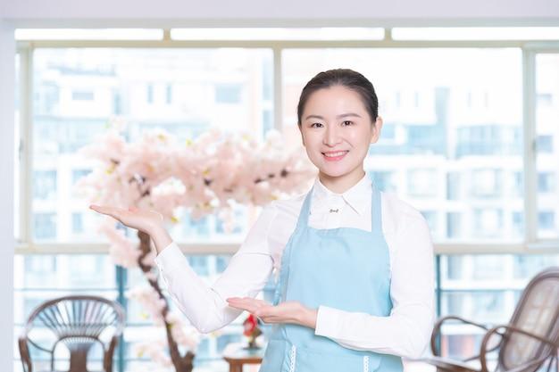 Femme De Ménage Asiatique Dans La Chambre D'hôtel Photo Premium