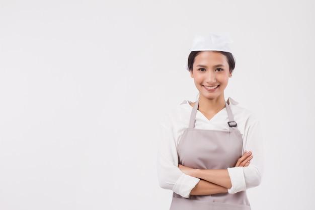 Femme de ménage asiatique professionnelle souriante et confiante, travailleuse domestique ou femme de ménage