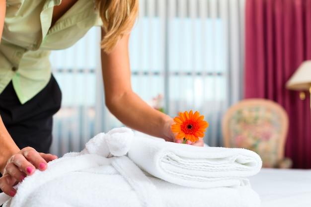 Femme de ménage faisant un service de chambre à l'hôtel