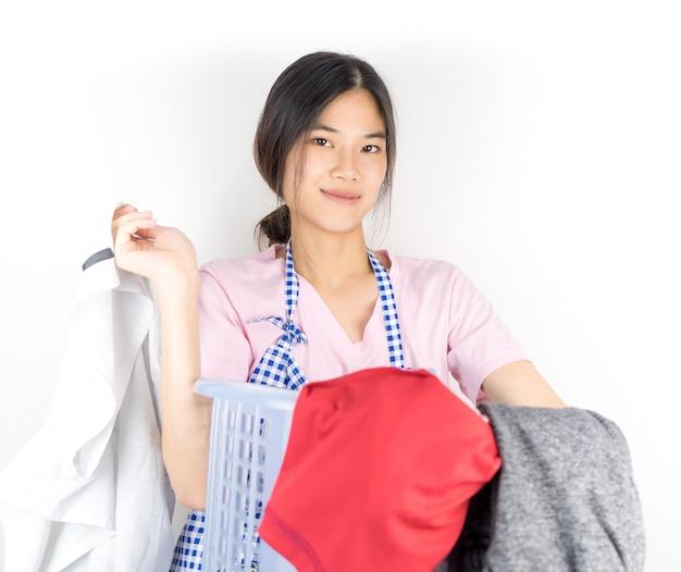 Femme de ménage housewife est la confiance dans la lessive