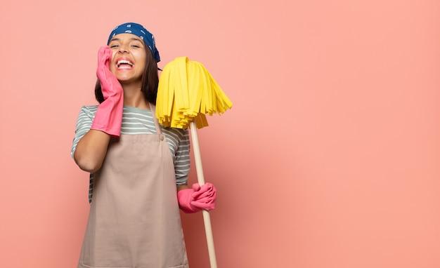 Femme de ménage jeune femme heureuse