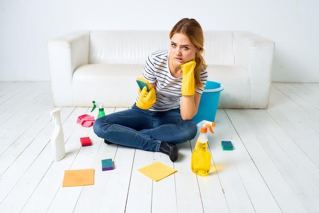 Femme de ménage à la maison ménagère intérieure