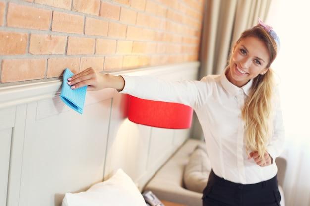 Femme de ménage ménage chambre d'hôtel