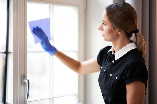 Femme de ménage nettoyant la chambre d'hôtel
