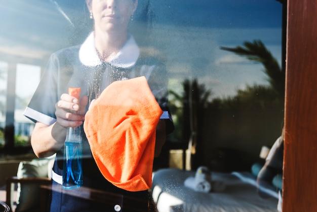 Femme de ménage nettoyant une chambre d'hôtel