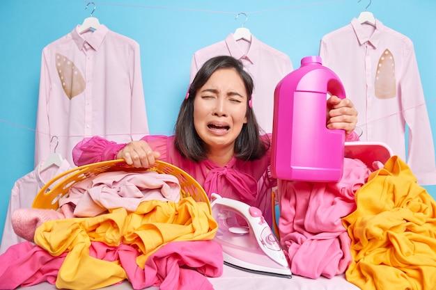 La femme de ménage triste a beaucoup de travail