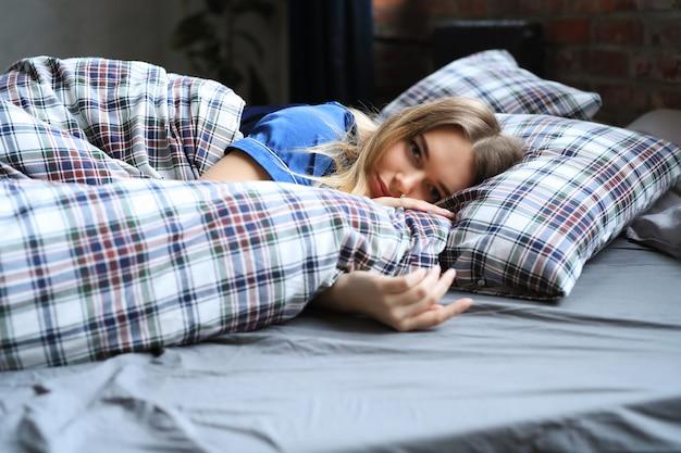Femme, mensonge, lit, juste, éveillé