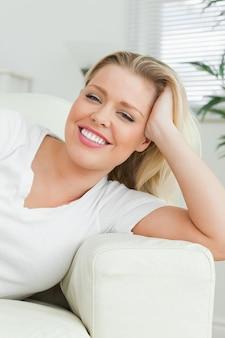 Femme, mensonge, sofa, main, cheveux