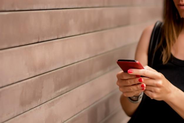 Femme de messagerie texte sur téléphone portable