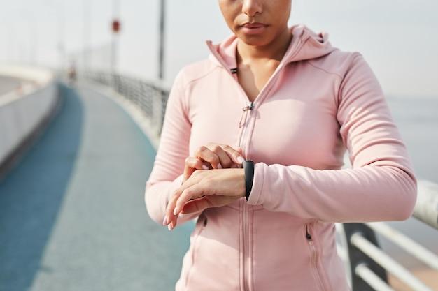 Femme Mesurant Le Pouls Pendant Le Jogging Photo Premium