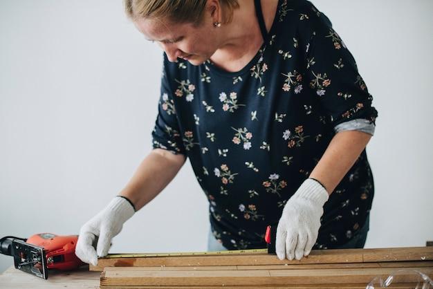 Femme, mesurer, a, planche bois
