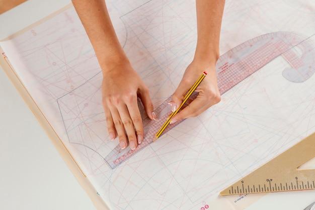Femme, mesurer, à, règle, gros plan