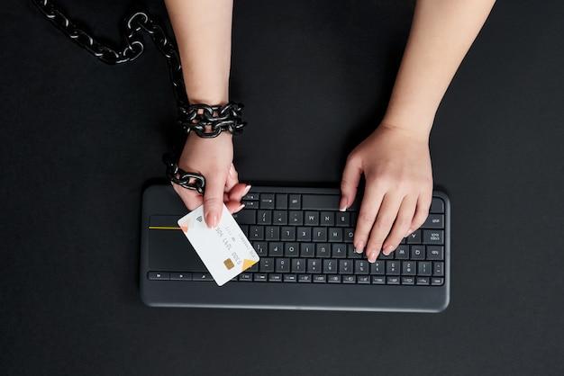 Femme, métal, chaîne, tenue, crédit, carte, clavier