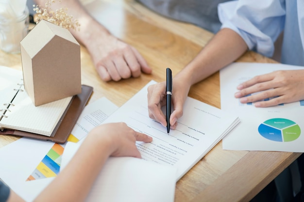 Femme mettant un contrat de prêt de document de signature
