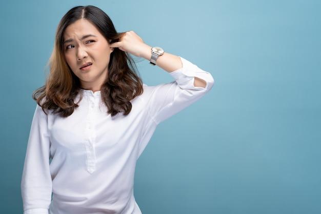 Femme mettant un doigt dans son oreille