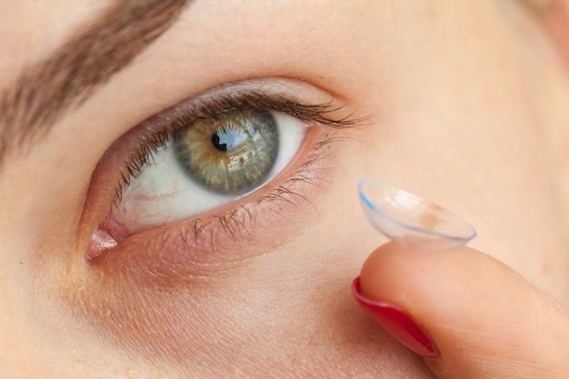 Femme mettant des lentilles de contact