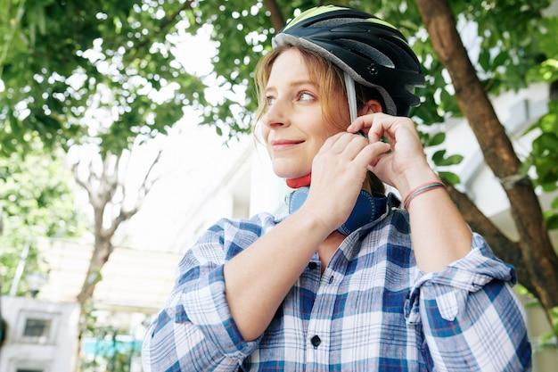 Femme, mettre, casque vélo