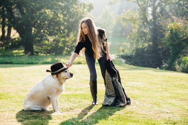 Femme, mettre, chapeau, chien