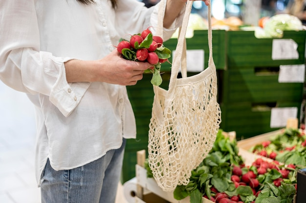 Femme, mettre, radis, réutilisable, sac