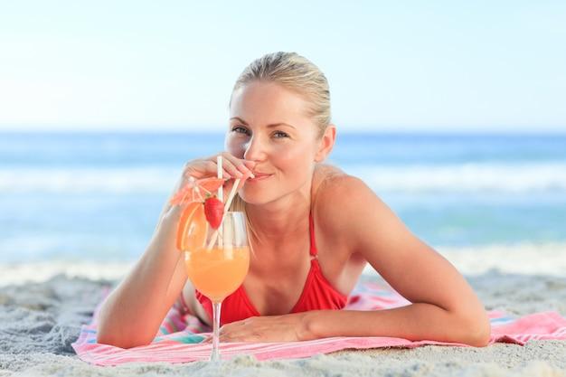 Femme mignonne, boire, elle, cocktail