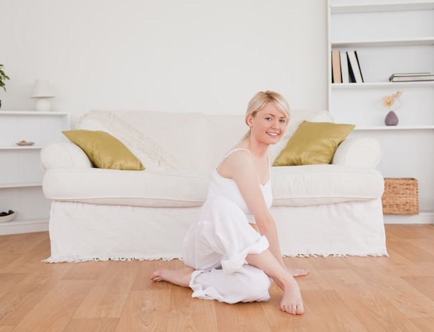 Femme mignonne, faire des exercices de fitness