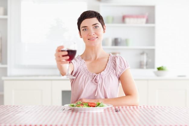 Femme mignonne grillage avec du vin
