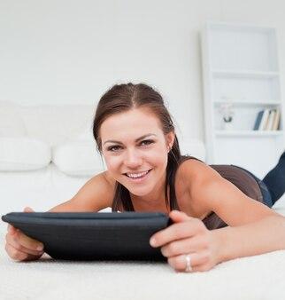 Femme mignonne travaillant sur sa tablette