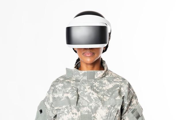 Femme militaire portant la technologie de l'armée de casque vr