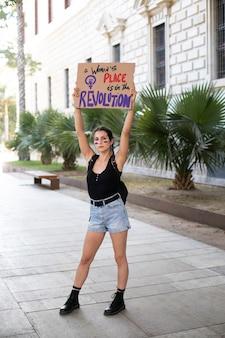 Femme militante protestant pour ses droits